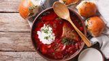 Borschtsch  Die russische Küche ist reich an Suppen, die bekannteste darunter ist der Borschtsch. Eine Rote-Bete-Suppe mit Fleischeinlage. Der obligatorische Klecks Schmand darf nicht fehlen. Sie mögen lieber kalte Suppen? Dann probieren Sie die litauische kalte Rote-Bete-Suppe.
