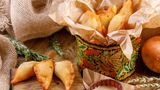 Piroschki  Die gefüllten Teigtaschen können aus Hefe-, Blätter- oder Nudelteig sein und sind in ganz Osteuropa weit verbreitet. In Russland sind es gebackene gefüllte Teigtaschen.