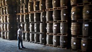 Rum lagert in Eichenfässern in Venezuela.