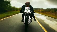 Ein Motorradfahrer fährt auf einer Straße