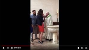 Eltern halten Baby, Priester schlägt es ins Gesicht bei Taufe