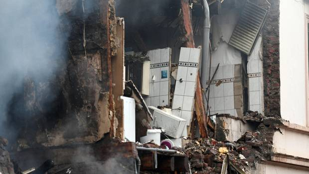 Bei einer Explosion in einem Wohnhaus in Wuppertal sind fünf Menschen verletzt worden