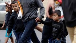 Junge Migranten kommen mit ihren Familien an einer kirchlichen Einrichtung an