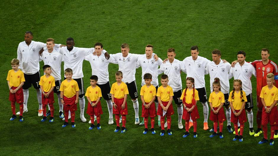 DFB-Elf bei der Hymne