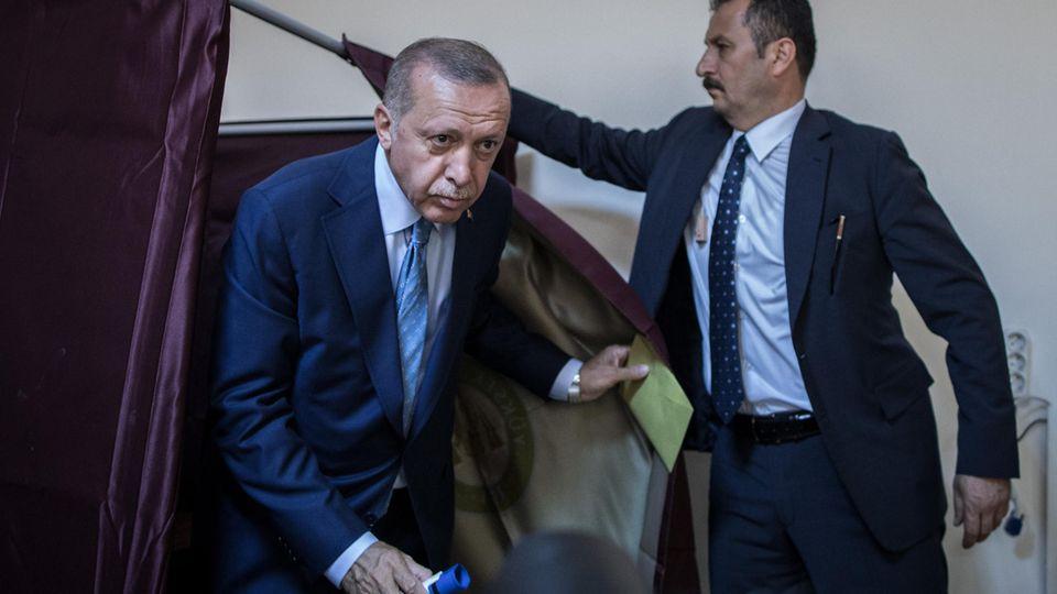 Recep Tayyip Erdogan kommt aus der Wahlkabine