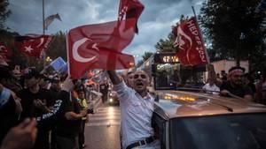 Anhänger von Präsident Recep Tayyip Erdogan fahren durch die Straßen