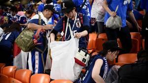 Fans von Japan beim Aufräumen nach der Partie gegen den Senegal