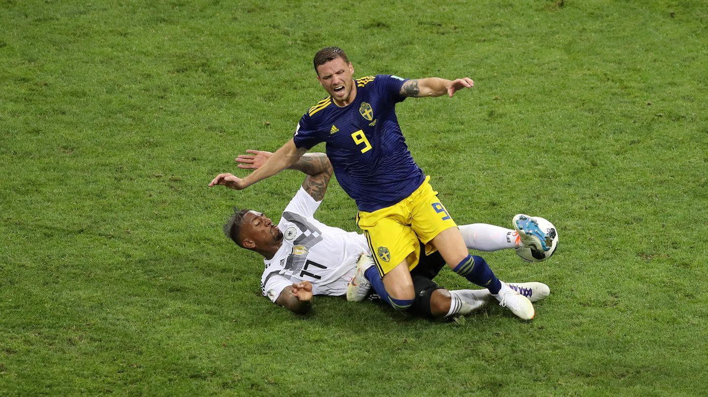 Jerome Boateng flog gegen Schweden wegen dieses Einsteigens mit gelb-roter Karte vom Platz