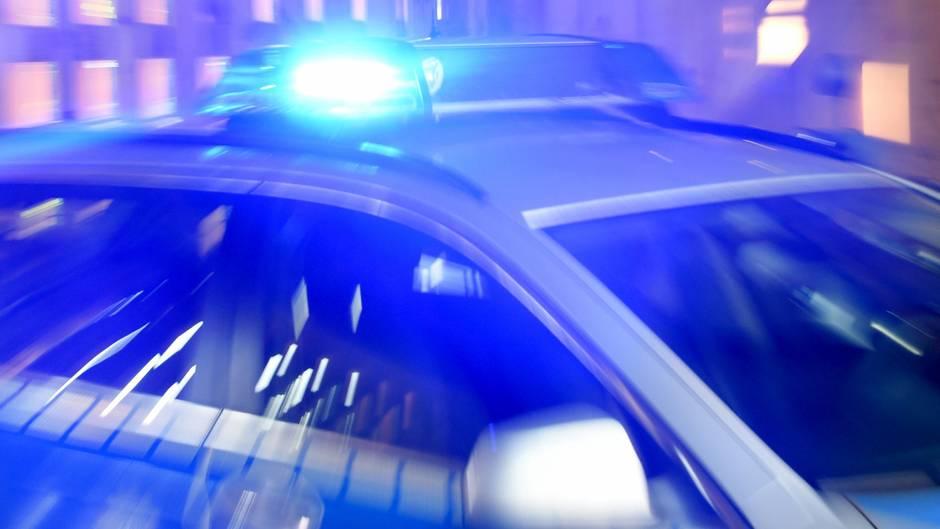 Auf dem Dach eines Polizeiwagens blinkt das Blaulicht