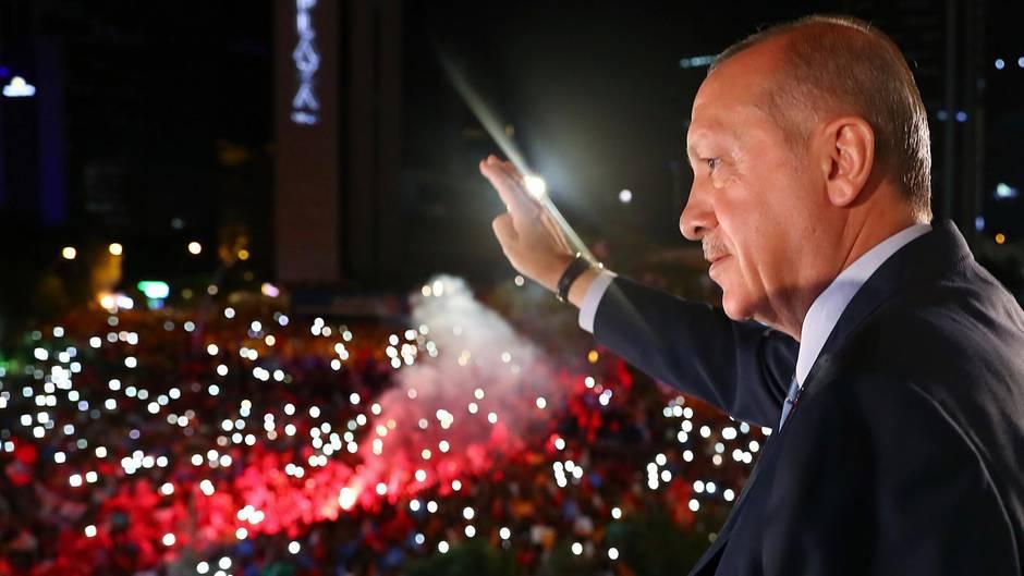 Erdogan lässt sich von seinen Anhängern als Wahlsieger feiern