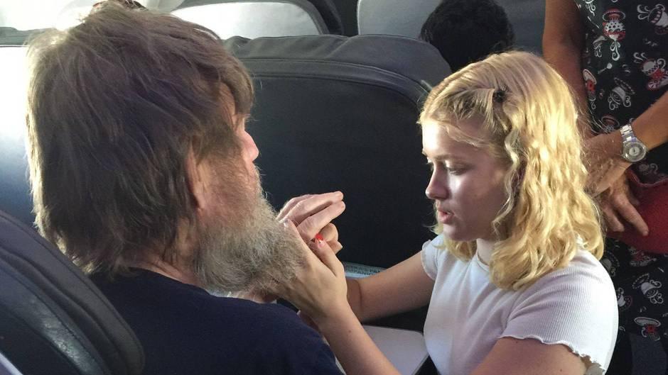 Die 15-jährige Clara hilft einem taubstummen Passagier