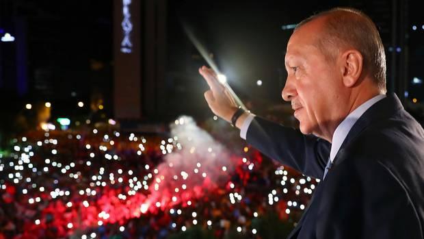 StaatspräsidentRecep Tayyip Erdogan lässt sichin Istanbulnoch in der Nacht von seinen Anhängern bejubeln