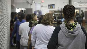 Illegale Migranten in einem Aufnahmelager in McAllen im US-BundesstaatTexas