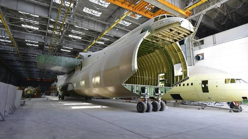 """Die AN-225 wird durch die """"Nase"""" beladen."""