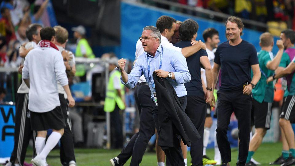 Während das deutsche Team beim entscheidenden 2:1 gegen Schweden am Spielfeldrand jubelt, hat sich einer den Schweden zugewandt