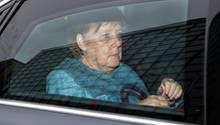 Angela Merkel in ihrem Dienstwagen - Ein Tagesschau-Kommentar rechtnet harsch mit ihrer Politik ab