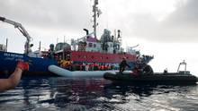"""Ein Schlauchboot vor dem Rettungsschiff """"Lifeline"""""""