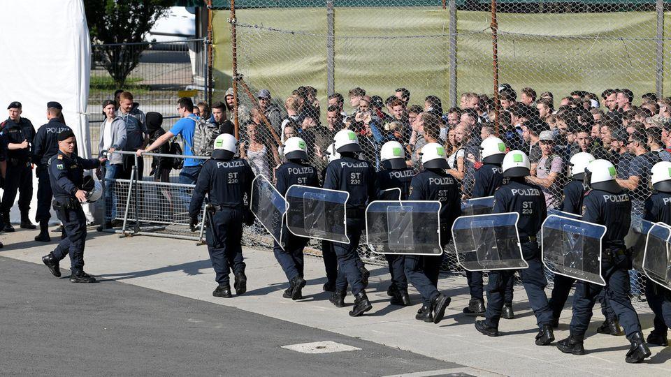Während die Große Koalition in Berlin Wege aus dem Asylstreit sucht, proben österreichische Sicherheitskräfte den Grenzschutz