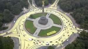 Greenpeace-Aktivisten färben Berlins Straßen gelb, um auf ihre Ziele während der Kohlekommission aufmerksam zu machen