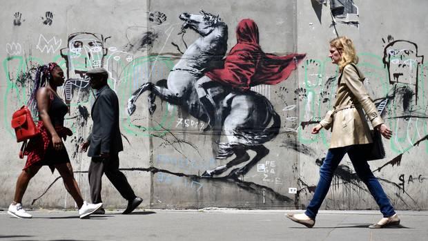 Eines der neuesten Werke in den Straßen von Paris, die Banksy zugeschrieben werden: Napoleon in ein Kopftuch gehüllt; inspiriert von einem Gemälde von Jacques-Louis David.