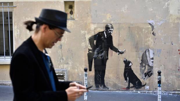 In der Nähe der Universität Sorbonne: Ein Mann bietet einem Hund einen Knochen an, nachdem er ihm den Fuß abgesägt hat.