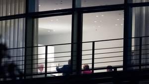 Diskussion bis in die Nacht: Blick durchs Fenster auf die Koalitionsrunde im Kanzleramt