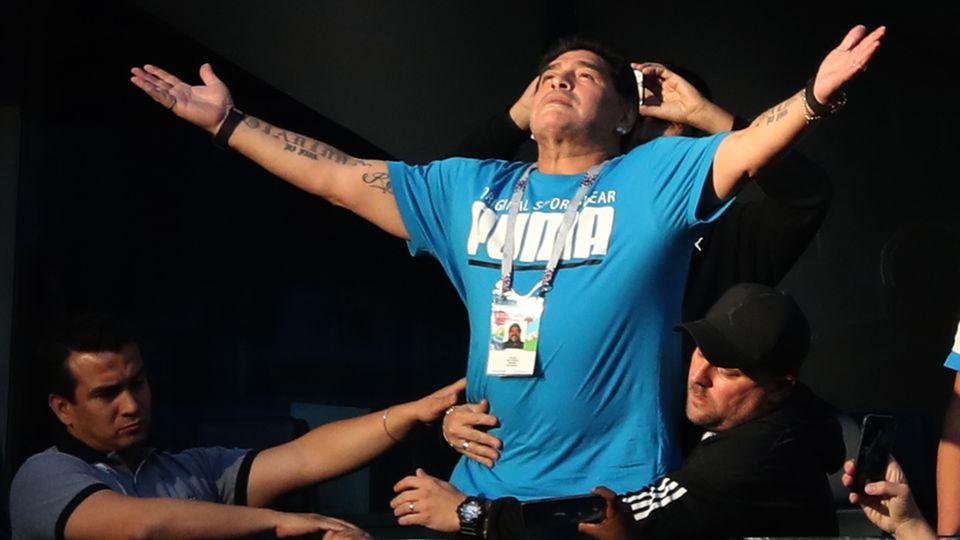 Diego Maradona mit ausgebreiteten Armen - Nach dem Spiel erlitt er einen Schwächeanfall