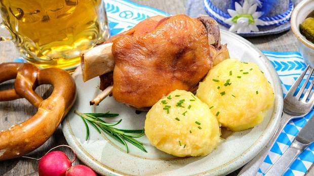Schweinshaxen, Knödel und eine Gemüsebeilage? Ist durchaus ein sportgerechtes Gericht