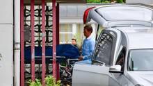 Eine der vier Leichen wird vom Tatort in Gunzenhausen abtransportiert