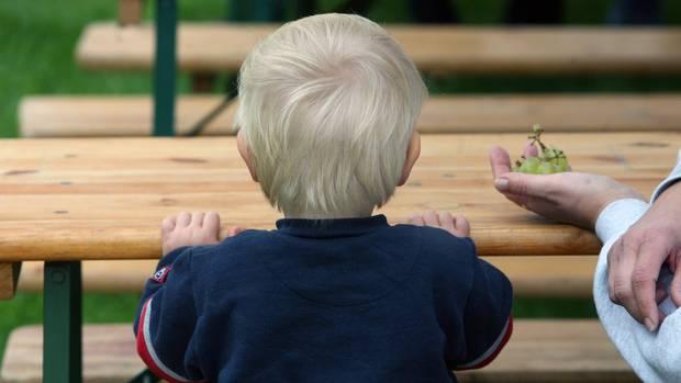 Ein kleiner Junge bei einem Sommerfest der Kinderhilfsorganisation Arche in Berlin