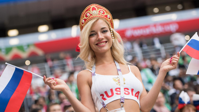 Russland: Natalja bei dem Eröffnungsspiel der WM 2018 in Moskau