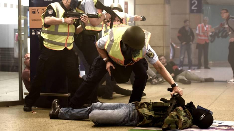 Anti-Terrorübung: Erschreckend echt: Polizei probt Anschlagsszenario in Hannover