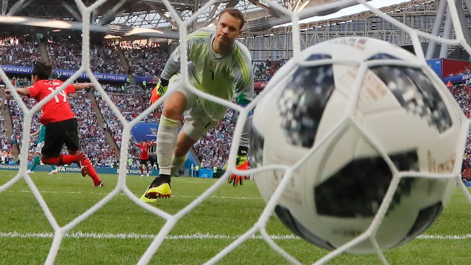 Manuel Neuer blickt frustriert dem Ball hinterher ins Tor und weiß: Das wird es gewesen sein mit dieser WM