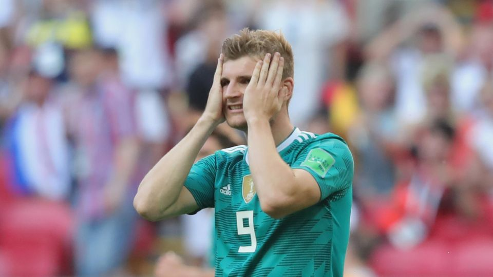 Stürmer Timo Werner steht beim WM-Spiel gegen Südkorea auf dem Platz und schlägt die Hände vor sein Gesicht