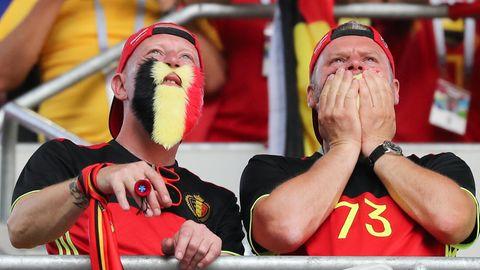 Zwei Fans in belgischen Trikots und mit falschen Bärten in Nationalfarben schauen gespannt der belgischen Elf zu