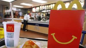 Ein Happy Meal liegt auf einem Tisch in einem McDonald's-Restaurant