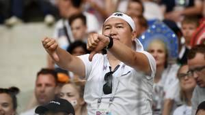 Ein enttäuschter japanischer Fan während des Spiels gegen Polen