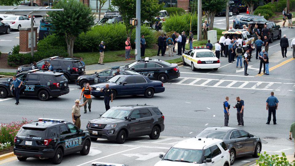 """Mehrere Polizeiwagen stehen vor der Redaktion der """"Capital Gazette"""" in Annapolis im US-Bundesstaat Maryland"""