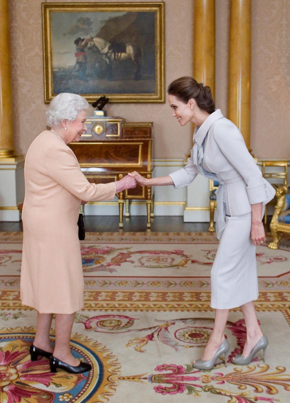"""Die Queen ernannte Angelina Jolie im Oktober 2014 zur""""Honorary Dame Commander"""" im Orden von Saint Michael und Saint George"""