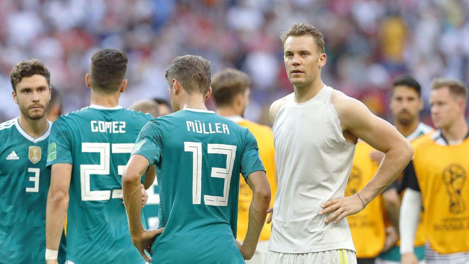 Manuel Neuer, Thomas Müller, Mario Gomez und Jonas Hector stehen nach dem WM-Aus fassungslos auf dem Platz in Kasan