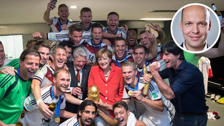 """Es war einmal: Angela Merkel, Jogi Löw und """"Die Mannschaft"""" mit dem WM-Pokal"""