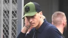 Mesut Özil nach der Rückkehr der deutschen Fußball-Nationalmannschaft aus Russland auf dem Flughafen Frankfurt