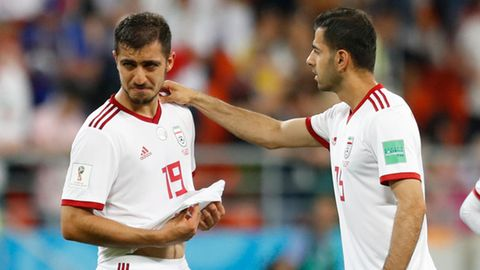 Verrichtete seine Notdurft und durfte dann nicht mehr auf den Platz:Der iranische Nationalspieler Pejman Montazeri (l.)