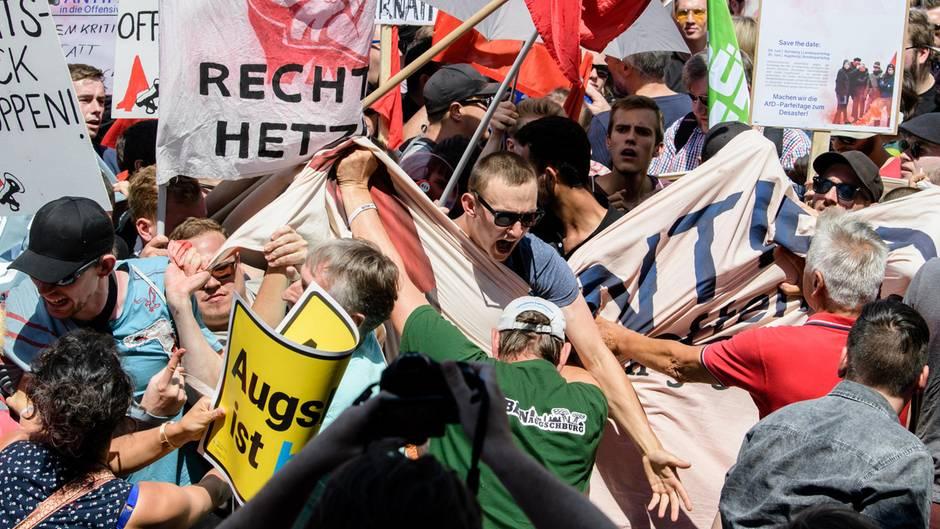 Demonstranten geraten während der Rede von Augsburgs Oberbürgermeister Gribl aneinander