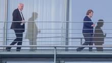 Bundeskanzlerin Angela Merkel (CDU) geht auf einem Balkon des Bundeskanzleramts vor Horst Seehofer, Bundesminister für Inneres