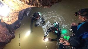 Taucher einer thailändischen Marinespezialeinheit in derTham-Luang-Höhle