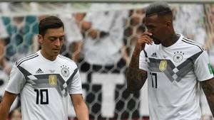 Jerome Boateng (r.) findet, zu viel der Kritik fokussiere sich auf seinen Teamkollegen Mesut Özil