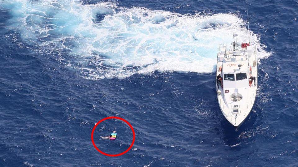Der Moment der Rettung: Ein Schiff der griechischen Küstenwache zieht Olga Kudlow,20 Stunden nachdem sie mit ihrer Luftmatratze ins Meer gegangen war, ausdem Wasser.