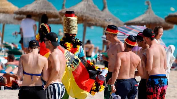 Deutsche Fußballfans am Strand von El Arenal auf Mallorca