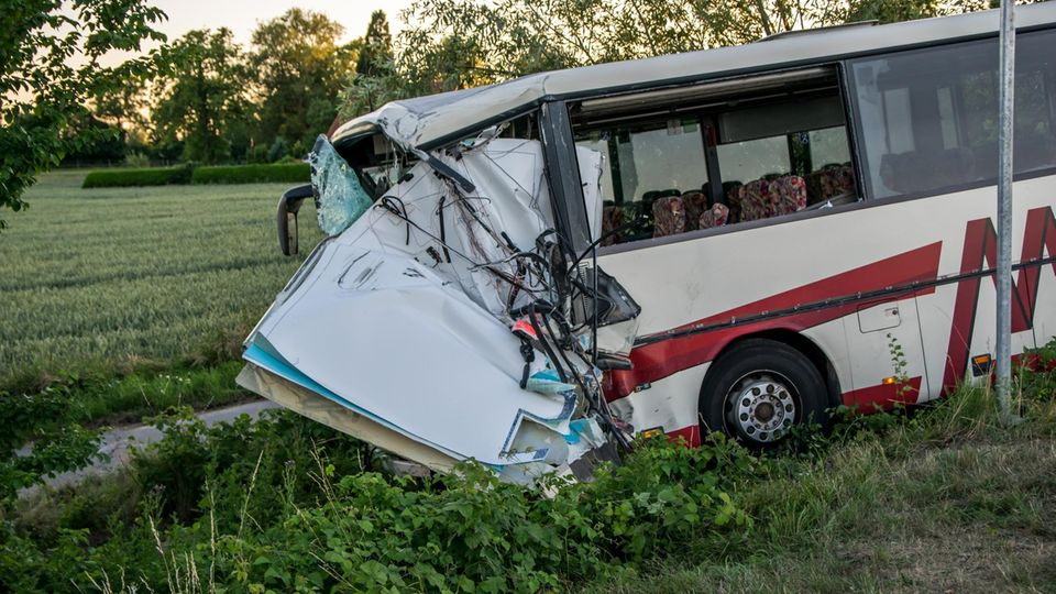 Nachrichten aus Deutschland: Reisebus-Unfall in Rüting
